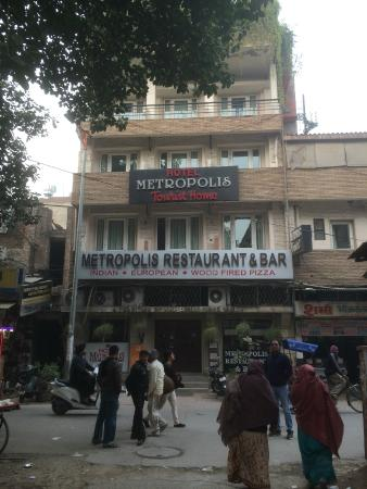 Metropolis Tourist Home: The building from the front