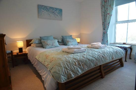 Bottreaux House Bed & Breakfast: Forrabury Heights bedroom with king size bed and en suite shower