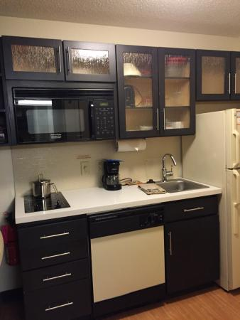Candlewood Suites Philadelphia / Willow Grove: Kitchenette, small but modern and adequate.  No oven.