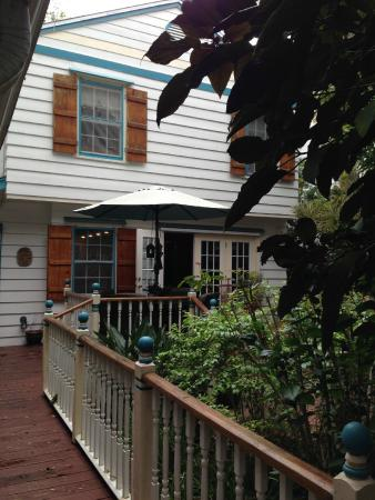 The Cypress - A Bed & Breakfast Inn: Backyard Garden