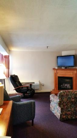 Fireside Inn & Suites: Expanded King w/ Fireplace & Massage Chair