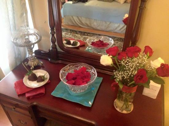 Colonial Gardens Bed & Breakfast: Flowers upon arrival - great workspace, too