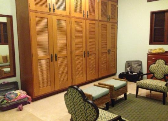 Sheriva Villa Hotel: Ridiculous space- for my little luggage