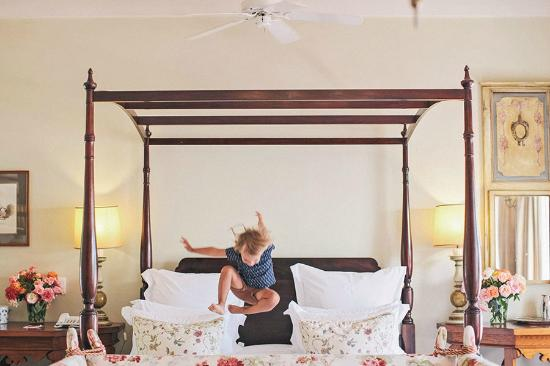 Kurland Hotel: Our girl loved the bed :)