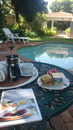 Rosebank Lodge Guest House: you can have breakfast by the pool