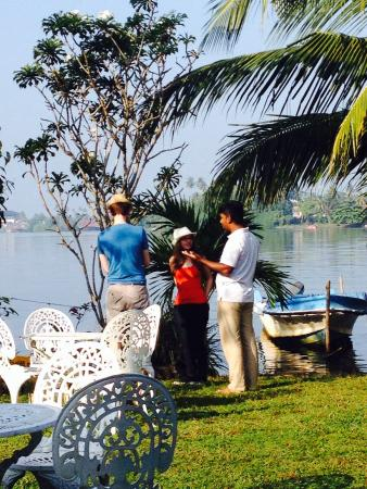 The Waterside Bentota: Friendly staff giving me & my friends a tour of all the beautiful flowers, spices and fruit grow