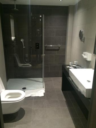 Clean nicely decorated bathroom with power shower - Nicely decorated bathrooms ...