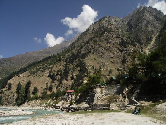 Banjara Camp &  Retreat - Sangla Valley Camp: Direct access to the river bank from the camp site.