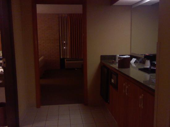 Drury Inn & Suites Austin North: mini-frig, microwave, coffee pot, sink to the right