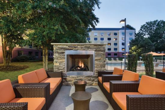 HYATT house Charlotte Airport: Outdoor Patio and Grilling Area