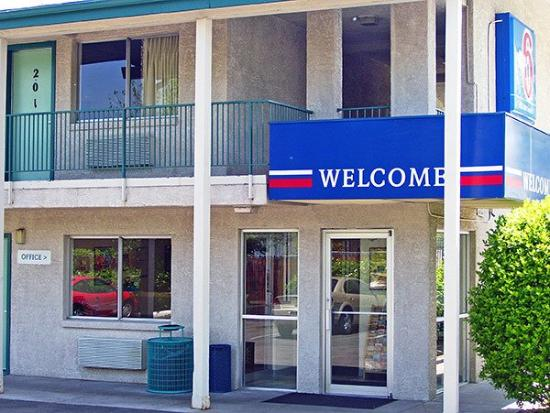 Through the night picture of motel 6 denver lakewood for Motel exterior design