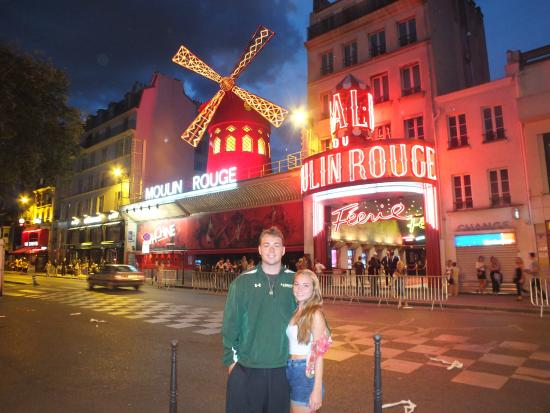 Moulin rouge at night for Hostal parisien barcelona