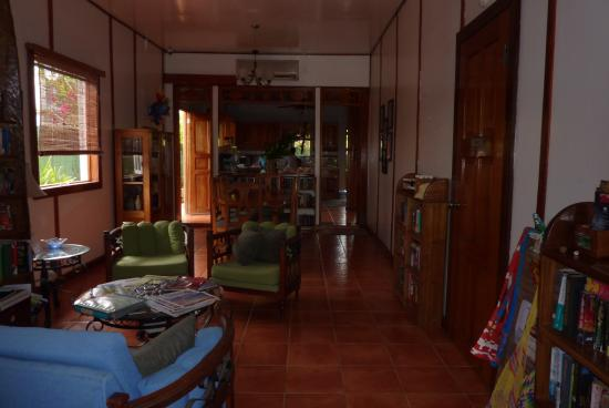 Hotel Lula's Bed and Breakfast: Entrance and dining area