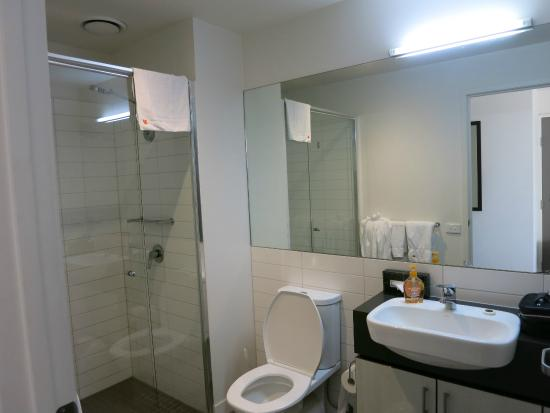 Punthill Essendon Grand Apartments: spacious bathroom was expecting smaller being a studio room