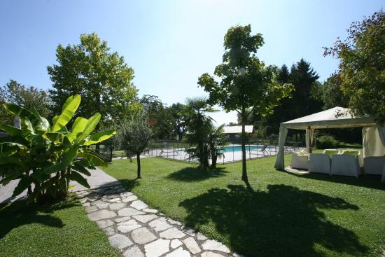 Parc piscine picture of quality hotel le cervolan for Piscine chambery