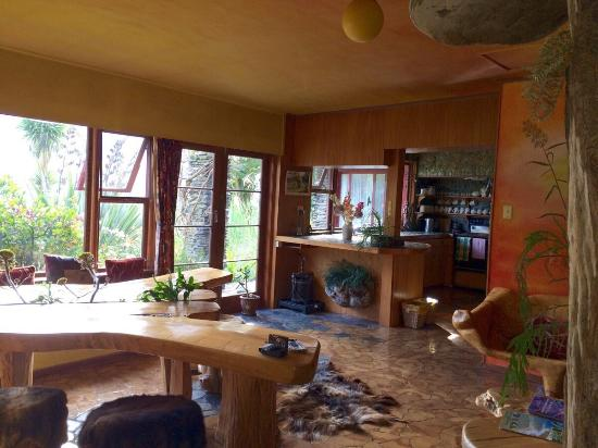 Little Paradise Lodge: Dining area & kitchen