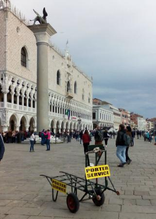 Locanda Sant'Agostin: service porters in Venice - help with the stairs!