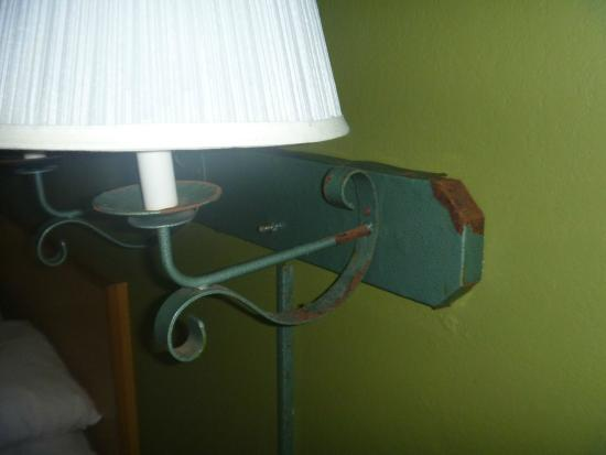 Days Inn Bradenton - Near the Gulf: Rusted lamp fixtures