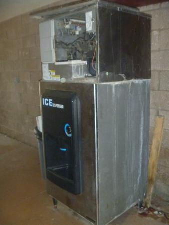 Days Inn Bradenton - Near the Gulf: Broken Ice Machine