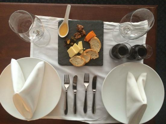 Bedford Village Inn: Cheese Plate and Wine