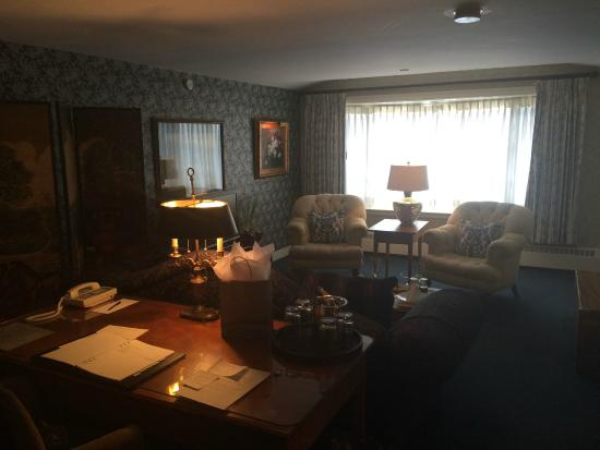 Bedford Village Inn: Living area of Suite