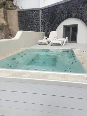 outdoor jacuzzi picture of petit palace suites hotel fira tripadvisor. Black Bedroom Furniture Sets. Home Design Ideas