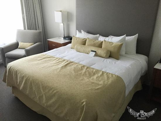 InterContinental Suites Hotel Cleveland: bed