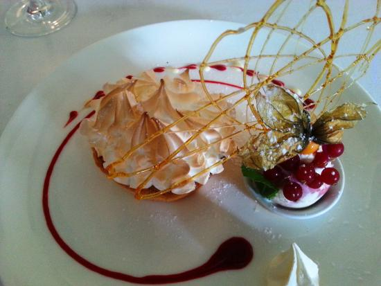 West Witton, UK: Lemon meringue with raspberry ripple ice cream