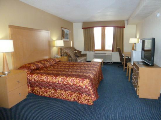 king size bedroom picture of katahdin inn and suites