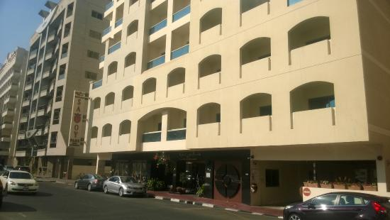 Savoy Park Hotel Apartments: hotel front view from right side
