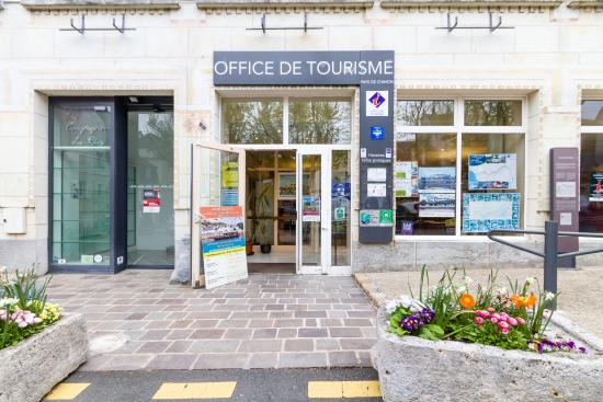 Int rieur de l 39 office de tourisme du pays de chinon picture of chinon tourism office chinon - Office de tourisme de chinon ...
