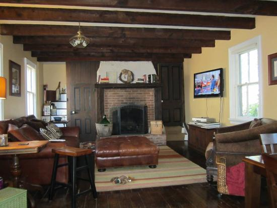 Pheasant Field Bed & Breakfast: Comfy common space with a fireplace, snacks, and beverages.