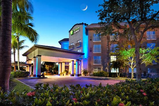 Holiday Inn Express & Suites Naples Photo