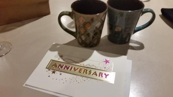 Residence Inn Alexandria Old Town/Duke Street: The staff unexpectly provided us with a Happy Anniversary card and mugs.