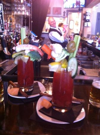 Saugatuck, Μίσιγκαν: Bloody Marys with Shrimp and many Vegetables:)
