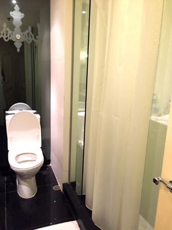 toilet and shower picture of the luxe manor hong kong tripadvisor. Black Bedroom Furniture Sets. Home Design Ideas