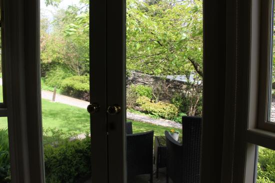 Gilpin Hotel & Lake House: View from room to outside sitting area