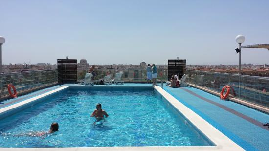Roof pool picture of expo hotel valencia valencia for Swimming pool show barcelona