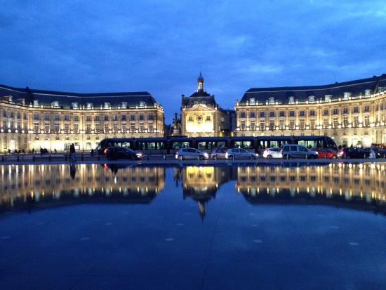 The palace at night reflected in the mirror pool picture for Miroir d eau bordeaux