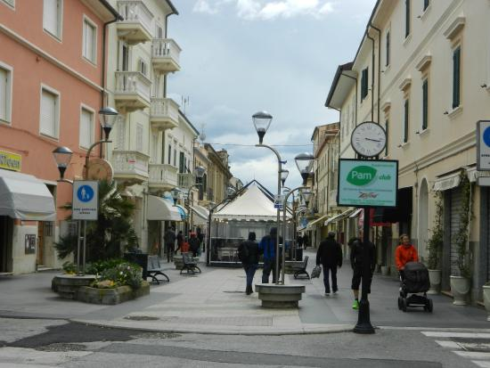 Right in the middle of the lovely walking street picture - Bagno nettuno san vincenzo ...