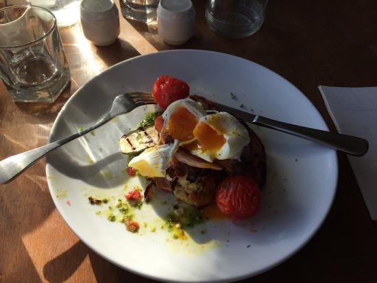 Waikanae, Νέα Ζηλανδία: A most amazing breakfast. I couldn't even wait to take a phot so I had a nibble first.