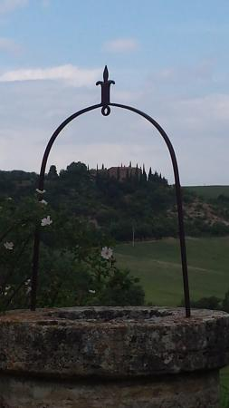 Agriturismo Cretaiole di Luciano Moricciani: View of Cretaiole from the Tuscany country side hike.