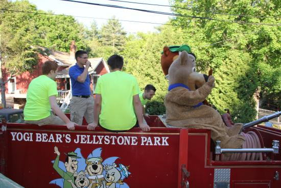 daily tractor hayrides with yogi and boo boo picture of yogi s jellystone park c