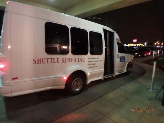 Comfort Suites Milwaukee Airport: Airport shuttle