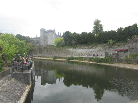 Kilkenny River Court Hotel: beautiful view from our breakfast in the morning!