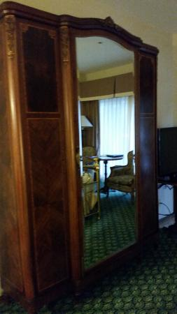 BEST WESTERN Big Bear Chateau: Wardrobe only opened in the center contained iron/board, xtra pillow/blanket, & room to hang clo