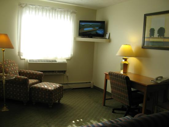 Handys Extended Stay Suites: Living room-  Queen Suite