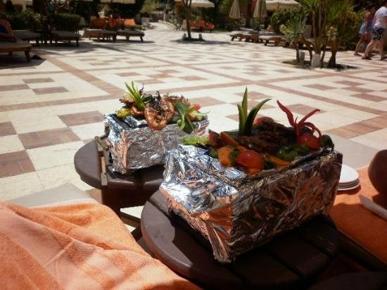 The Makadi Palace Hotel: Lunch by the pool