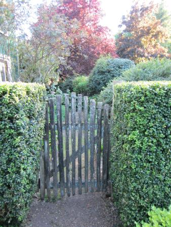 Turtleback Farm Inn: Gate to the garden in front of the house