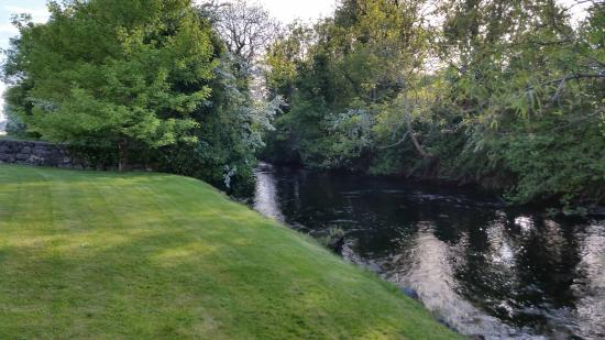 Ardilaun Guesthouse: River behind the guesthouse